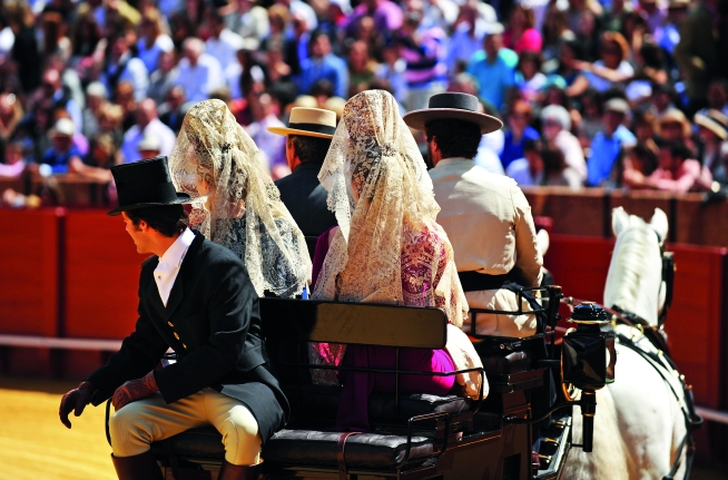 Mujeres espaolas con mantilla en un coche de caballos, Espaa